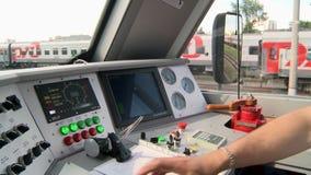 La vista dalla carrozza di una locomotiva moderna del treno archivi video