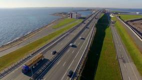 La vista dalla cima del ponte muovendo le automobili ed i camion Questo ponte fa parte di una diga nel collegamento del Kronštadt archivi video