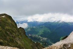 La vista dalla cima della montagna di Aibga nella gola Sui pendii dei rododendri di fioritura nella priorità alta i resti o Fotografia Stock Libera da Diritti