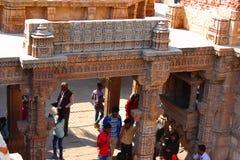 La vista dalla cima, turista che esplora le sculture complesse a Adalaj fa un passo bene, Ahmedabad, Gujarat fotografie stock libere da diritti
