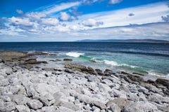 La vista dalla costa dell'Irlanda all'Oceano Atlantico immagine stock