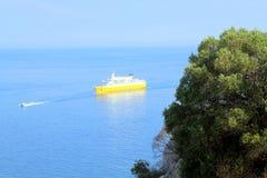 La vista dalla costa sud al mare ed il galleggiamento spediscono Fotografia Stock Libera da Diritti