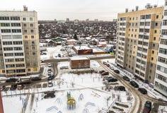 La vista dalla finestra di una costruzione di appartamento immagini stock