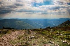 La vista dalla montagna Krakonos e Kozi hrbety alla valle fotografia stock libera da diritti