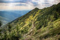 La vista dalla montagna Krakonos e Kozi hrbety alla valle fotografia stock