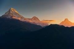 La vista de Annapurna y Machapuchare enarbolan en la salida del sol de Poonhill, Nepal imagen de archivo