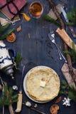 La vista de arriba de crepes remató con la mantequilla, breakfas de la Navidad fotos de archivo