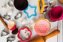 La vista de arriba de la diversa hornada forma para las galletas, magdalenas y Imagenes de archivo