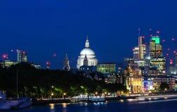 La vista de la bóveda de la catedral en la noche, ciudad del ` s de Saint Paul de Londres Foto de archivo