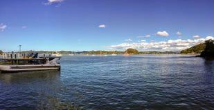 La vista de la bahía de Kororareka en Russell, Nueva Zelanda Muchos barcos se anclan en la bahía foto de archivo libre de regalías
