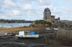 La vista de barcos y Solidor viejo se elevan en Saint Malo Imagen de archivo