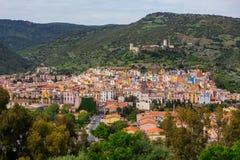 La vista de Bosa y Serravalle se escudan - Oristán, Cerdeña (Sardegna), Italia (7 de mayo de 2014) fotografía de archivo