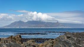 La vista de Cape Town y de la montaña de la tabla de la isla de Robben Foto de archivo