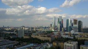 la vista de la ciudad de la altura del vuelo del ` s del pájaro Opinión aérea de la ciudad de Moscú Panorama aéreo maravilloso de almacen de video