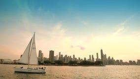 La vista de la ciudad de los rascacielos céntricos de Chicago reflejó en el lago michigan de la pizca del lago un barco que flota almacen de metraje de vídeo