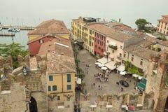La vista de la ciudad de Sirmione, Italia fotografía de archivo