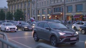La vista de coches en el camino con las banderas y el aftter rusos Rusia de las fans ganada hace juego Rusia contra España metrajes