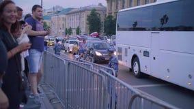 La vista de coches en el camino con las banderas y el aftter rusos Rusia de las fans ganada hace juego Rusia contra España almacen de video