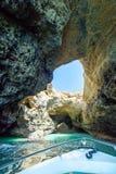 La vista de la cueva de la gruta, laguna de la turquesa, acantilados de la piedra caliza se puede visitar por los barcos de la ex imagen de archivo libre de regalías