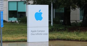 La vista de la entrada del campus de Apple firma adentro Cupertino, California 4K metrajes
