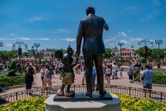 La vista de la estatua de los socios esta estatua de Walt Disney y de Mickey Mouse se coloca delante de Cinderella Castle en el r fotos de archivo