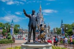 La vista de la estatua de los socios esta estatua de Walt Disney y de Mickey Mouse se coloca delante de Cinderella Castle en el r fotos de archivo libres de regalías