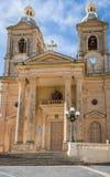 A la vista de la iglesia parroquial de St Mary en Dingli Capilla cristiana vieja, histórica y auténtica con los pares azules agra imágenes de archivo libres de regalías