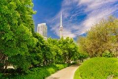 La vista de invitación del jardín de la música del área de la ciudad de Toronto abajo parquea cerca de la costa con el edificio e Fotografía de archivo libre de regalías