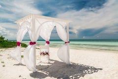 La vista de invitación magnífica asombrosa de la boda adornó el gazebo que se colocaba en la playa tropical Fotografía de archivo libre de regalías