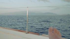 La vista de la isla y del ` s de Madeira del hombre toca con la punta del pie por mañana Visión desde el tablero de yate de la na almacen de metraje de vídeo