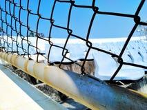 La vista de la jaula de acero al lado de la silla en la gradería cubierta imágenes de archivo libres de regalías