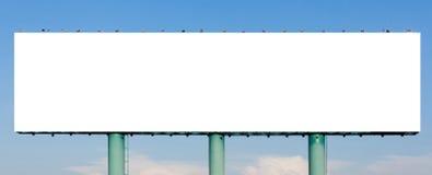 La vista de la cartelera de publicidad en blanco enorme con el backg del cielo azul Imagenes de archivo