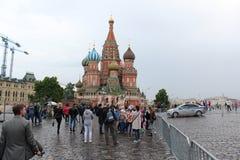 La vista de la catedral del ` s y Spasskaya de la albahaca del St se eleva Cuadrado rojo foto de archivo