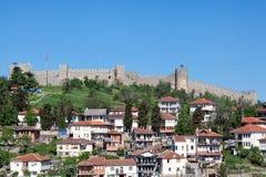 La vista de la ciudad vieja de Ohrid dominó por Samuil& x27; fortaleza de s, Macedonia Imagenes de archivo
