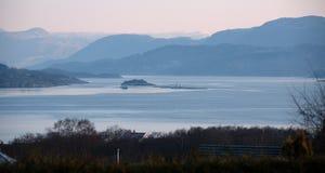 La vista de la granja de pescados en un fiordo imagenes de archivo