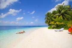 La vista de la isla del vilamendhoo en las casas de planta baja del agua echa a un lado en el Océano Índico Maldivas Fotos de archivo