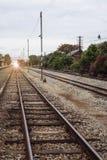 La vista de la longitud del ferrocarril, ferrocarril de la perspectiva, filtró la imagen, el efecto luminoso y la llamarada añadi imágenes de archivo libres de regalías
