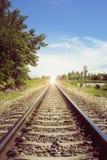 La vista de la longitud del ferrocarril, llamarada añadió, luz selectiva del focusmeanThere en el extremo del túnel, manera del é imagen de archivo libre de regalías