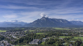 La vista de la parte histórica de la ciudad y el río que fluye Salzach de Salzburg se escudan i Imágenes de archivo libres de regalías