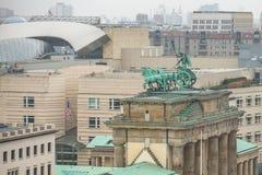 La vista de la puerta de Brandeburgo (Tor de Brandenburger) es monumento arquitectónico muy famoso en el corazón de Mitte de Berl Imagenes de archivo