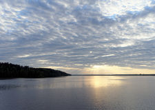 La vista de la puesta del sol de oro el río con las nubes y Sun reflejó en ella, Volga, Rusia Foto de archivo
