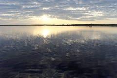 La vista de la puesta del sol de oro el río con las nubes y Sun reflejó en ella, Volga, Rusia Imagen de archivo