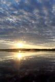 La vista de la puesta del sol de oro el río con las nubes y Sun reflejó en ella, Volga, Rusia Imagenes de archivo