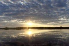 La vista de la puesta del sol de oro el río con las nubes y Sun reflejó en ella, Volga, Rusia Fotografía de archivo