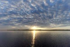 La vista de la puesta del sol de oro el río con las nubes y Sun reflejó en ella, Volga, Rusia Imagen de archivo libre de regalías