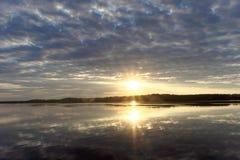 La vista de la puesta del sol de oro el río con las nubes y Sun reflejó en ella, Volga, Rusia Foto de archivo libre de regalías