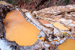 La vista de la sal acumula, Cuzco, Perú imagenes de archivo