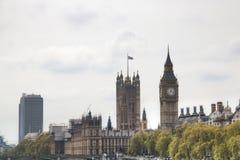 La vista de las casas del parlamento y Big Ben se elevan en Londres, Reino Unido Foto de archivo libre de regalías