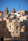 La vista de las casas residenciales de La Valeta con la remolque de dos Belces Fotos de archivo libres de regalías