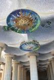 La vista de las columnas y el techo del mosaico parquean Guell Fotografía de archivo libre de regalías